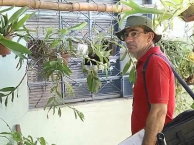 Agente fiscaliza casa em Nova Castilho: sem dengue em 2015 (Foto: Reprodução/ TV TEM)