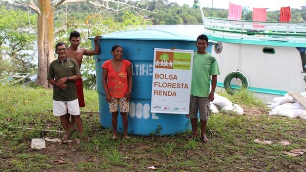 A comunidade São João Batista do Rio Apocuitauá, na Floresta Estadual de Maués, recebe uma caixa d´água de 5 mil litros para o poço artesiano do programa Bolsa Floresta (Foto: Kátia Serique )