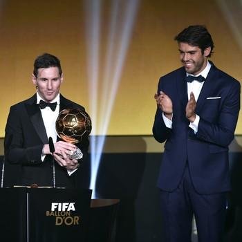 Kaká aplaude Messi  (Foto: FABRICE COFFRINI / AFP)