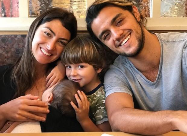 Felipe Simas com a mulher, Mariana Uhlmann e os filhos, Joaquim e Maria (Foto: Reprodução/Instagram)