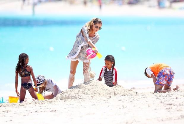 Heidi Klum e os filhos brincando na areia (Foto: AKM-GSI)