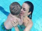 Carolina Kasting brinca com o filho na piscina: 'Refrescando com o príncipe'