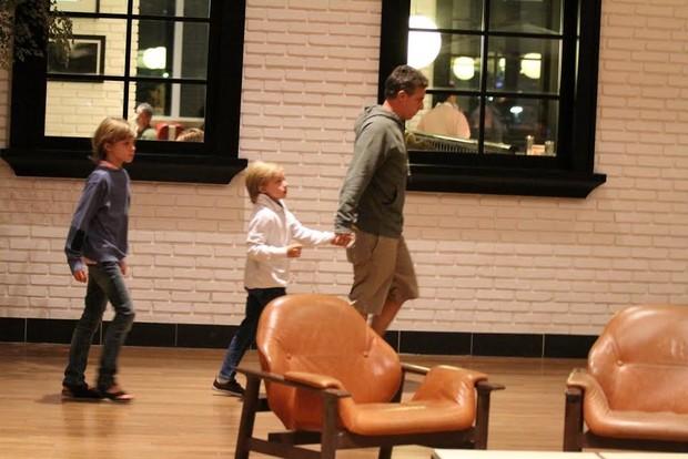 Luciano Huck com os filhos (Foto:  johnson parraguez-photorionews)