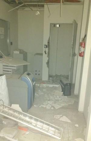 Criminosos levaram quantia não revelada e ainda deixaram várias notas em meio aos destroços (Foto: Dibulgação)
