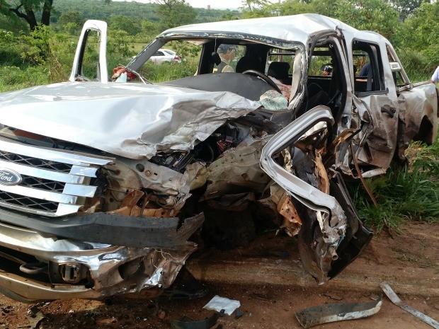 Caminhonete ficou totalmente destruída em acidente na BR-262 (Foto: Adriel Mattos/G1 MS)