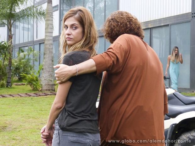 Zélia explica que Paulinha não pode entrar nas zonas restritas e pergunta o que Marlon faz (Foto: Além do Horizonte/TV Globo)