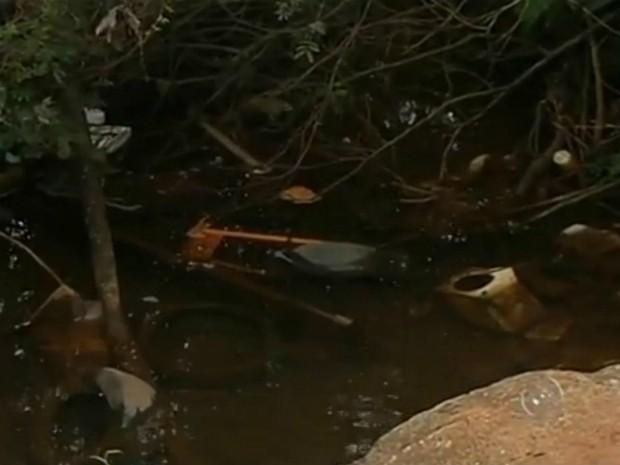 Nascente de água é suja por pneus e garrafas, em Itapetininga (Foto: Reprodução/ TV TEM)