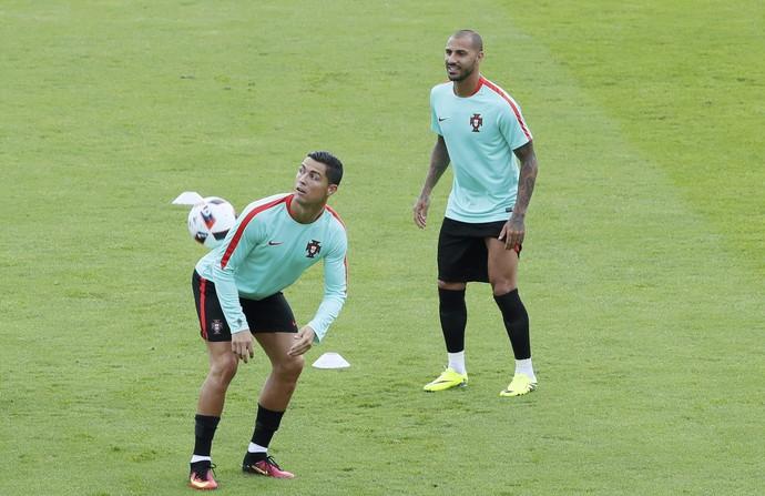 Cristiano Ronaldo e Quaresma no treino de Portugal (Foto: Reuters/Gonzalo Fuentes)