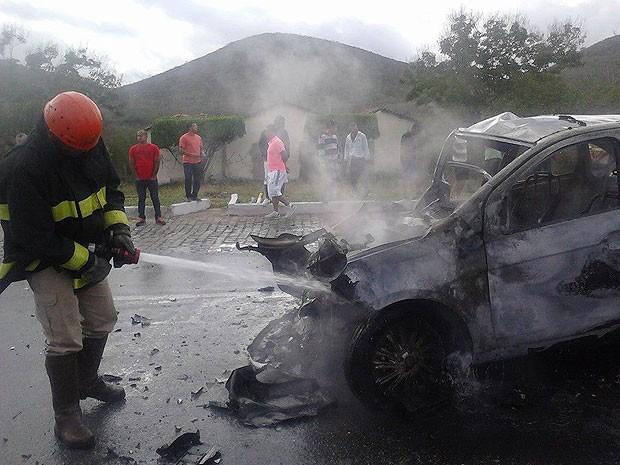 Bombeiro apaga fogo do carro na BR-116, próximo a Jequié. (Foto: Fabiano dos Santos/ Site Binho Locutor)
