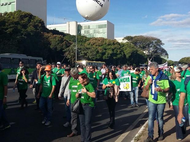 Donos de lotéricas durante caminhada nesta quarta-feira (29) na Esplanada dos Ministérios, em Brasília (Foto: Pedro Borges/G1 DF)