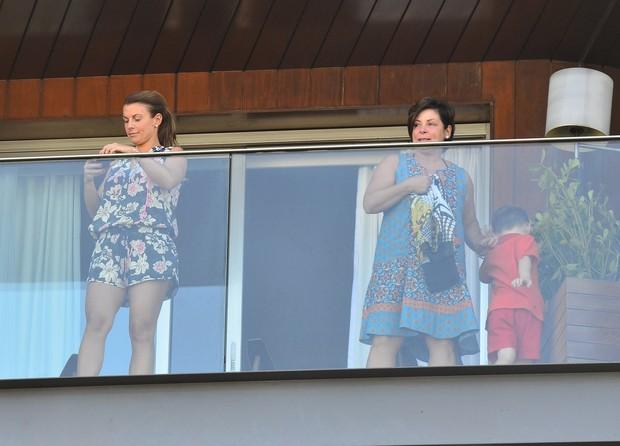 Collen Ronney, mulher do jogador Wayne Rooney, em sacada de hotel (Foto: Delson Silva / Agnews)