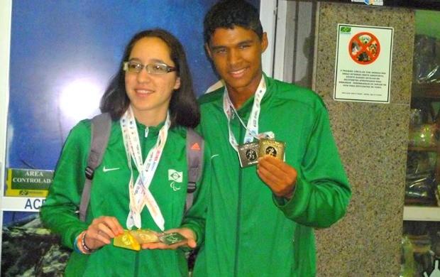 Gabriela Ferreira e Davi Wilker desembarcam em Campo Grande com medalhas (Foto: Daniel Silva de Sena)