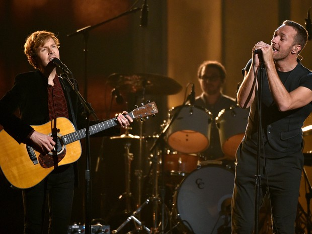 Chris Martin e Beck cantam no Grammy  (Foto: John Shearer/AP)