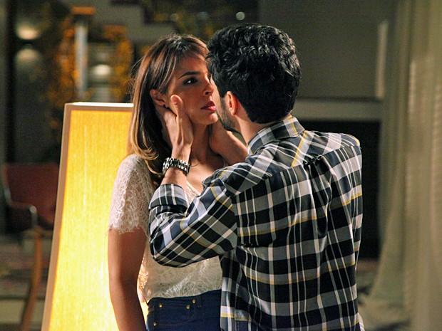 José Pedro promete que ama a esposa e que a prima é coisa do passado (Foto: Carol Caminha/TV Globo)