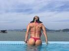 Ana De Biase, ex-'Caldeirão', posa de biquíni fio-dental e posta na web