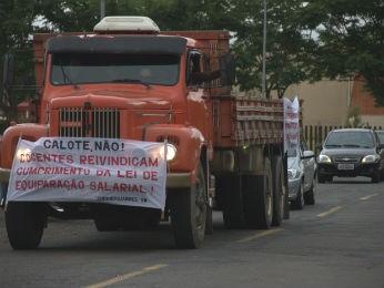 Durante a manhã, professores do campus de Uvaranas realizaram uma carreata (Foto: Manoel Moabis/Divulgação/Sinduepg)