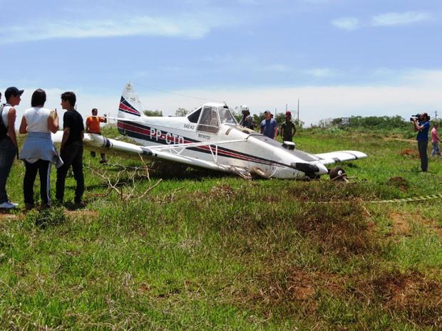 Avião monomotor faz pouso forçado em terreno em Lavras (Foto: Graziela Carmo / VC no G1)
