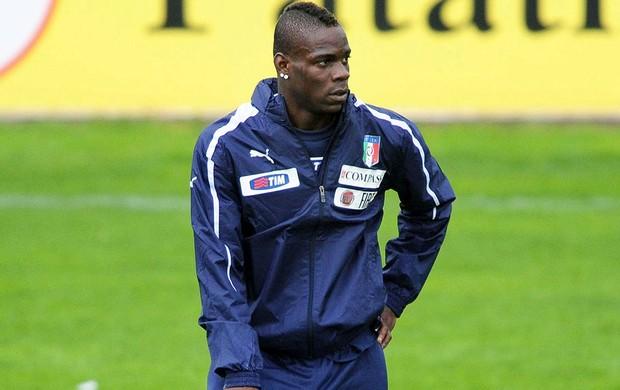 Balotelli treino Itália (Foto: EFE)