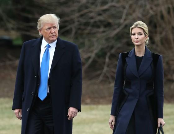 O presidente americano, Donald Trump, acompanhado da filha, Ivanka, a caminho do funeral de um soldado americano em 1 de fevereiro (Foto: Getty Images)