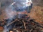 Carvoaria clandestina é descoberta e fechada em São Pedro da Aldeia, RJ