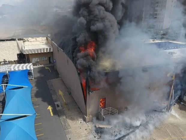 Paredes de hipermercado incendiado desabam, em Americana (Foto: Reprodução / EPTV)