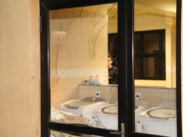 Disparo atingiu janelas de alojamento no campus da USP em São Carlos (Foto: Maurício Duch)