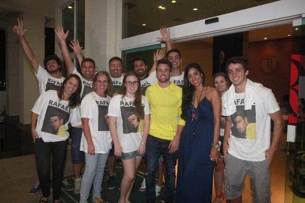 Ex-BBB Rafael Licks com a família e com Talita Araújo em hotel na Zona Oeste do Rio (Foto: Isac Luz/ EGO)