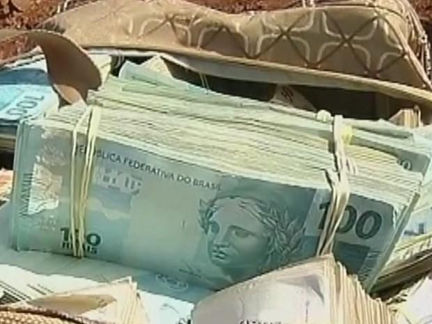 Dinheiro apreendidos em notas de R$ 100, R$ 50 e R$ 20 (Foto: Reprodução TV Tem)