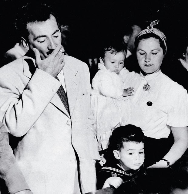 O RETORNO  Jorge Amado, Zélia Gattai e seus filhos Paloma (no colo) e João Jorge no Aeroporto do Galeão,  no Rio de Janeiro, em 1952.  De volta do exílio em Praga   (Foto: acervo Folha Press)