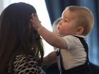 Na Nova Zelândia, George coloca o cabelo de Kate Middleton na boca