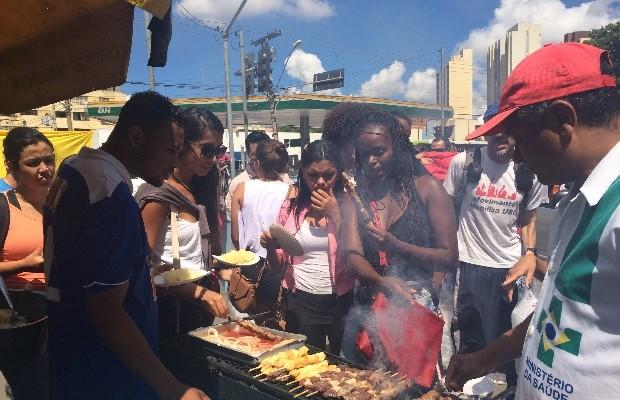 Manifestantes fazem churrasco na Praça Cívica em protesto às más condições da UEG, em Goiânia, Goiás (Foto: Vitor Santana/G1)