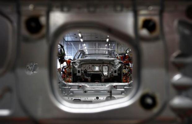 Carros usam aluminío para ficarem mais leves (Foto: REUTERS/Michaela Rehle)