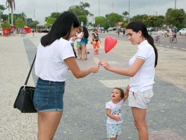 Balões com mensagens contra preconceito foram distribuídos (Foto: Jamile Alves/G1 AM)