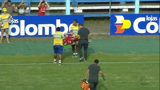 Sem lesão grave, Charles deve ser baixa do Inter contra o Cruzeiro-RS