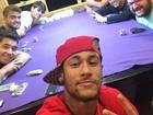 Em recuperação, Neymar curte noite com amigos