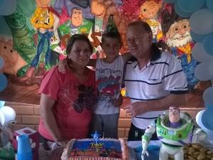 Em outubro de 2014, o menino comemorou o aniversário de 6 anos com os padrinhos (Foto: Reprodução/Facebook)