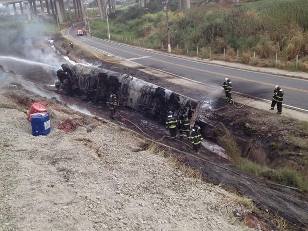 Acidente com caminhão-tanque causa incêndio em alça do Rodoanel