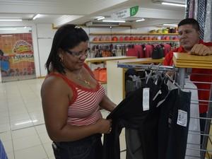 Edigleide Santos escolhendo o presente para o pai (Foto: John Pacheco/G1)