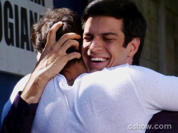 Félix dá aquele abraço com Anjinho (Foto: Amor à Vida/TV Globo)
