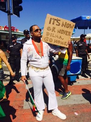 """O servidor publico Alessandro Paes foi à passeata em Copacabana fantasiado de cantor Elvis Presley. """"Ele era um grande patriota"""", diz (Foto: Cristina Grillo)"""