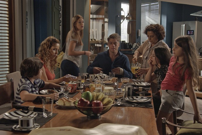 Família fica feliz com a presença de Eliza para o café da manhã (Foto: TV Globo)