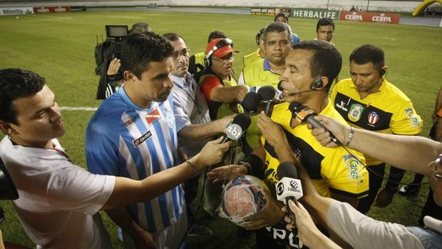 Vanderson conversa com o árbitro Benedito Pinto da Silva, que comunica o não comparecimento do Santa Cruz-PA (Foto: Marcelo Seabra/O Liberal)