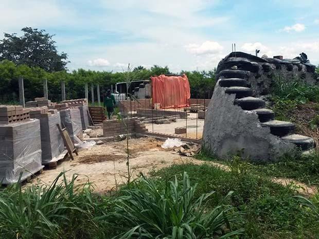 Construção da casa autossustentável em andamento (Foto: Divulgação)