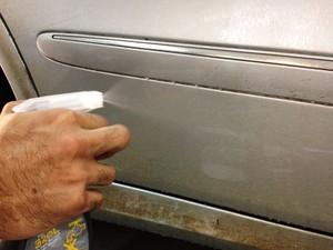 Limpeza a seco de carros ajuda a economizar água