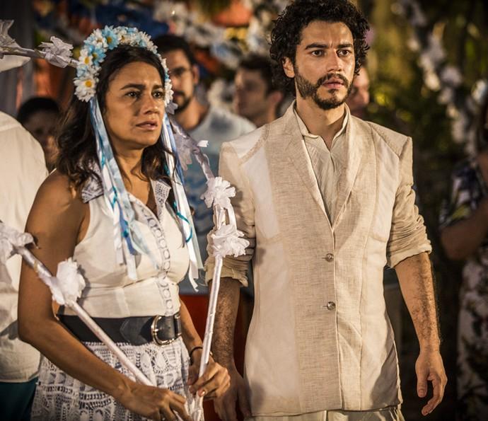 Beatriz fica pasma com surra que Bento dá em Martim e nega perdão (Foto: Inácio Moraes/ Gshow)