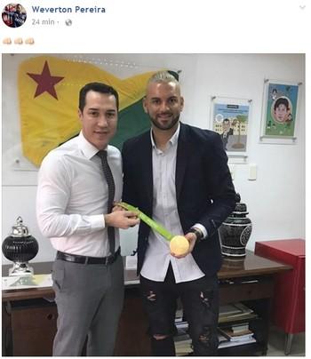 Weverton com o presidente da Aleac,deputado Ney Amorim (Foto: Reprodução/Facebook)