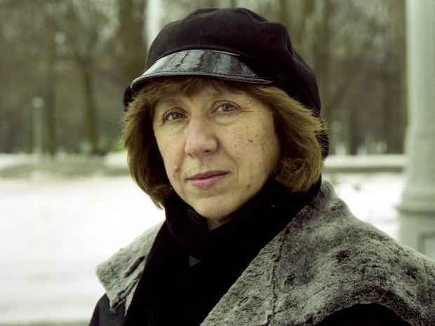 Svetlana Alexiévitch posa em Minsk, em foto não datada  (Foto: Vasily Fedosenko/Reuters/Arquivo)