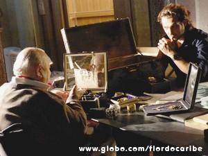 Bem debochado, o velho conta a Alberto como conseguiu tal tesouro (Foto: Flor do Caribe / TV Globo)