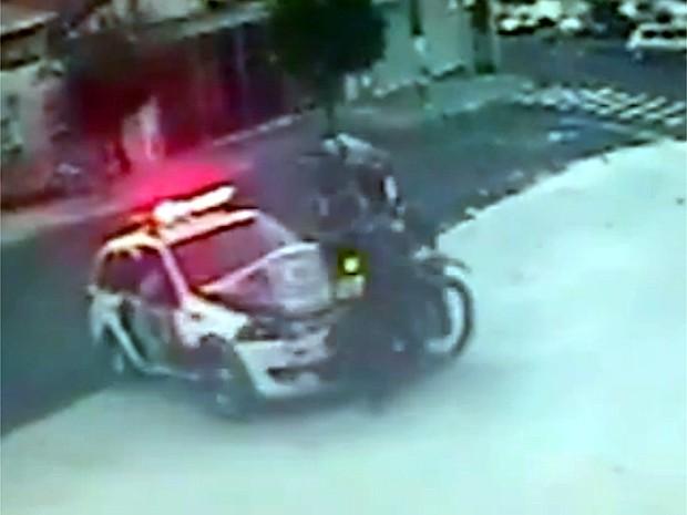 Acidente entre motocicleta e carro da PM em Campinas (Foto: Reprodução EPTV)