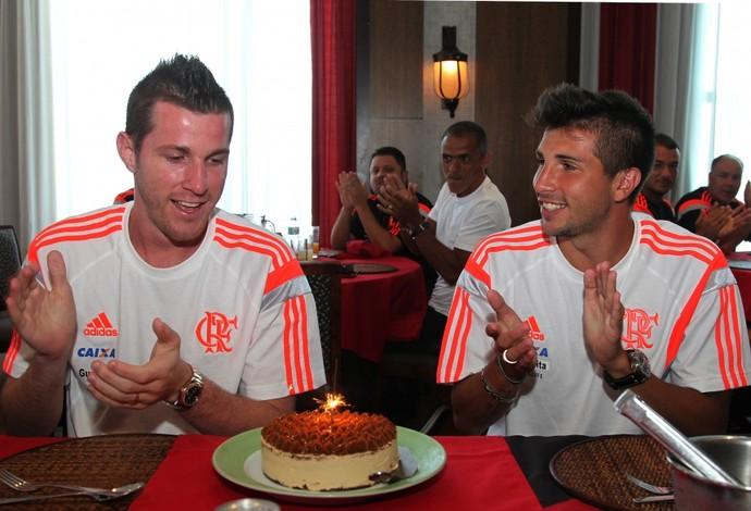 Paulo Victor e Mugni aniversário (Foto: Gilvan de Souza / Flamengo)